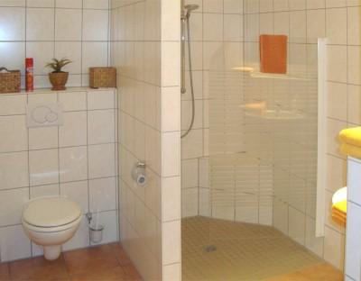 Zimmer 1 und 2 - Dusche und WC